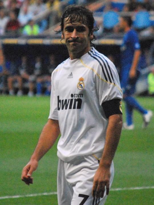 Raúl_González_in_Real_Madrid_2009