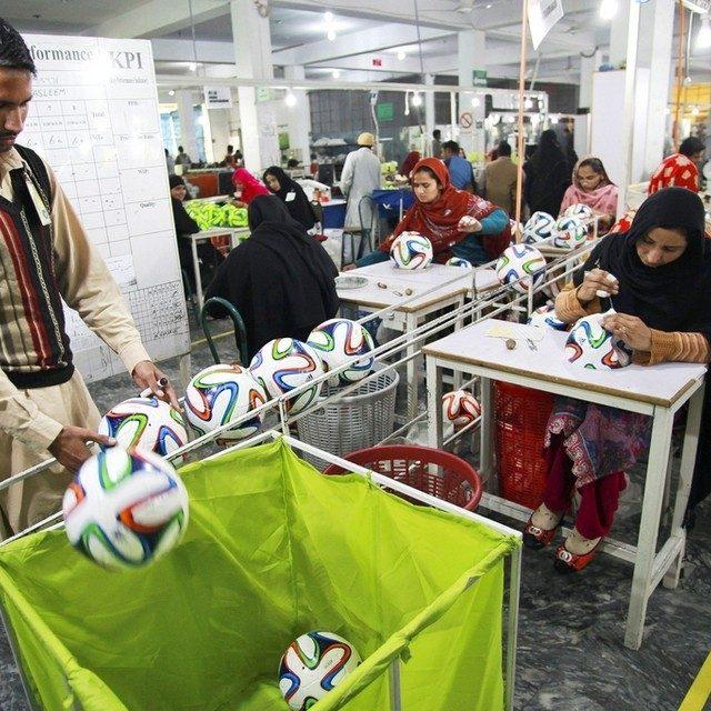 サッカーボールの生産地、パキスタンのシアールコートは進化し続ける!